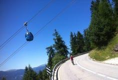 Велосипедист в Alpe di Siusi Стоковые Изображения