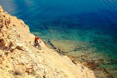 Велосипедист горы задействуя на следе велосипеда взморья Стоковые Изображения