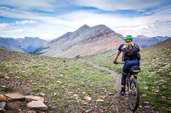 Велосипедист горы на высокогорное однопутном Стоковые Изображения