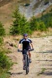Велосипедист горы на следах Стоковые Изображения RF