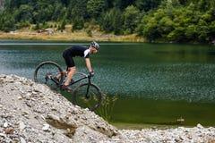 Велосипедист горы на следах Стоковые Изображения