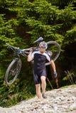 Велосипедист горы на следах Стоковая Фотография RF