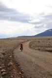 Велосипедист горы путешествуя в горах Стоковые Фото