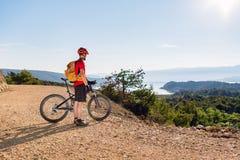 Велосипедист горы смотря вид на море Стоковая Фотография RF
