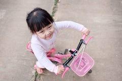 Велосипедист девушки стоковая фотография rf