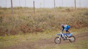 Велосипедист девушки moto MX показывает циркаческое на перекрестных гонках - всаднике на мотоцикле грязи Стоковая Фотография