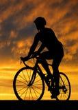 Велосипедист ехать велосипед дороги Стоковая Фотография RF