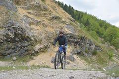 Велосипедист ехать велосипед стоковые фотографии rf
