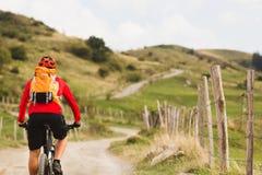 Велосипедист задействуя в красивых горах Стоковая Фотография