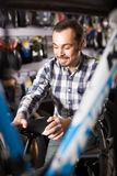 Велосипедист ищет седловины велосипеда Стоковое Фото