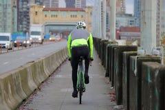 Велосипедист коммутируя в городе Стоковые Фотографии RF