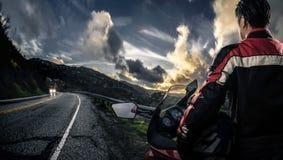 Велосипедист мотоцикла на сценарной дороге стоковые изображения rf