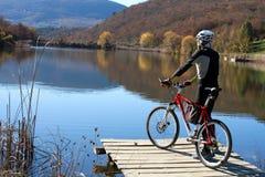 Велосипедист на верхней части холма Стоковые Фото