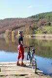Велосипедист на верхней части холма Стоковая Фотография