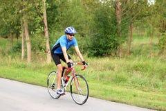 Велосипедист на велосипеде гонки Стоковые Фотографии RF
