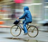 Велосипедист на проезжей части города в дождливом дне Стоковая Фотография RF