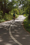 Велосипедист на пути велосипеда Стоковые Фото