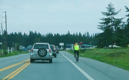 Велосипедист на стороне дороги Стоковое Изображение RF