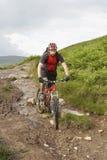 Велосипедист на следе сельской местности тинном Стоковое фото RF