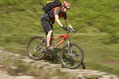 Велосипедист на следе сельской местности Стоковые Изображения RF