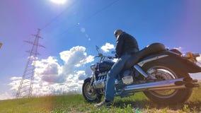 Велосипедист отдыхает на его неподвижном мотоцикле акции видеоматериалы