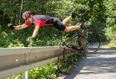 Велосипедист падает с велосипеда стоковое фото rf