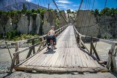 Велосипедист пересекая деревянный мост Стоковое Изображение RF