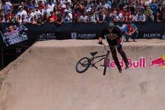 Велосипедист показывает искусство перед толпой Стоковое фото RF