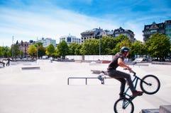 Велосипедист подростка на парке конька на Plainpalais, Женеве, Швейцарии Стоковая Фотография RF