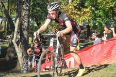Велосипедист состязается в гонке Cyclocross Стоковые Изображения