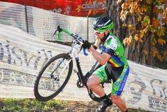 Велосипедист состязается в гонке Cyclocross Стоковое Фото