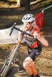 Велосипедист состязается в гонке Cyclocross Стоковые Фотографии RF