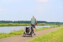 Велосипедист с автомобилем doggy Стоковое фото RF