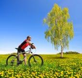 Велосипедист с велосипедом горы Стоковые Фотографии RF
