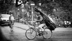 Велосипедист с двойным басом на его назад в Нидерландах стоковое изображение