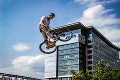Велосипедист фристайла выполняя эффектное выступление в Средний-воздухе Стоковое фото RF