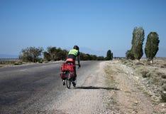велосипедист bike велосипеда идет одна дорога к путешествовать перемещение Стоковые Изображения