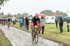 Велосипедист Gatis Smukulis на мощенной булыжником дороге - Тур-де-Франс 2 Стоковое Фото
