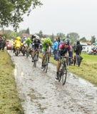 Велосипедист Kristijan Durasek на мощенной булыжником дороге - Тур-де-Франс Стоковая Фотография RF