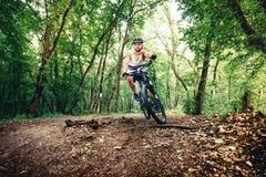 Велосипедист Professioanl, весьма спорт, велосипедист на велосипеде на горной тропе Стоковые Изображения