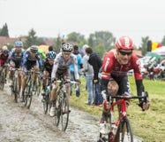 Велосипедист Romain Bardet на мощенной булыжником дороге - Тур-де-Франс 201 Стоковое Изображение RF
