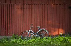 Велосипед и красный амбар Стоковые Изображения