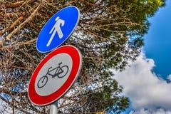 Велосипед и пешеход подписывают внутри весеннее время Стоковое Изображение