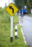 Велосипед и сигнал на местной дороге стоковое изображение rf
