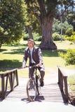 Велосипед катания бизнесмена в парке Стоковое Изображение