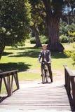 Велосипед катания бизнесмена в парке Стоковые Фотографии RF