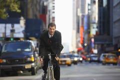 Велосипед катания бизнесмена, который нужно работать Стоковые Изображения RF