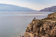Велосипед катания велосипедиста горы на утесах на океане Стоковые Изображения