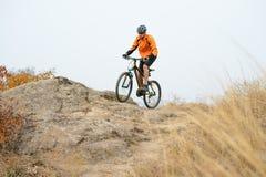 Велосипед катания велосипедиста на красивой горной тропе осени Стоковые Изображения RF