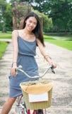 Велосипед катания девушки в парке города Ayutthaya, Таиланде Стоковое Фото